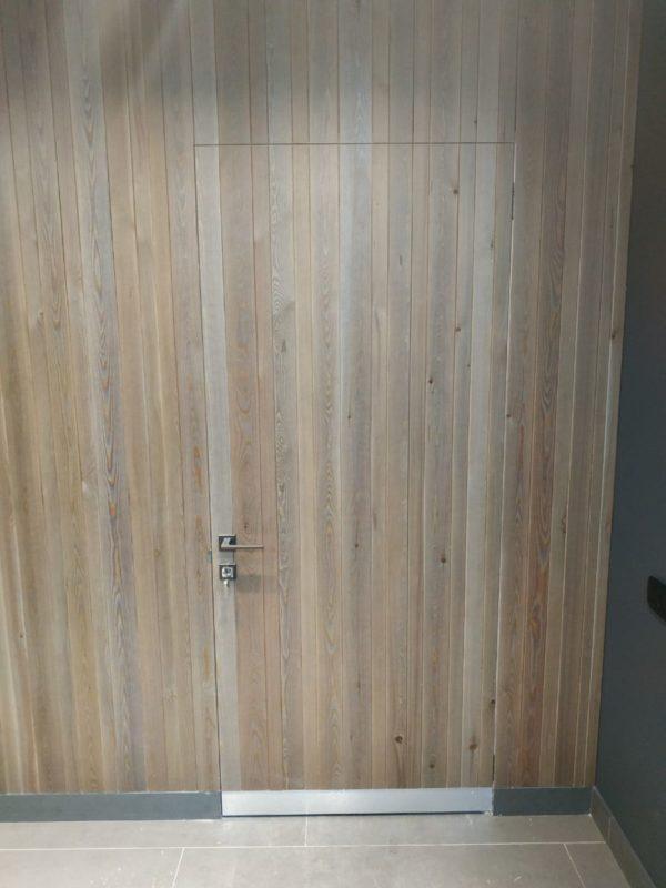 Алюминиевая дверь невидимка обшитая вагонкой